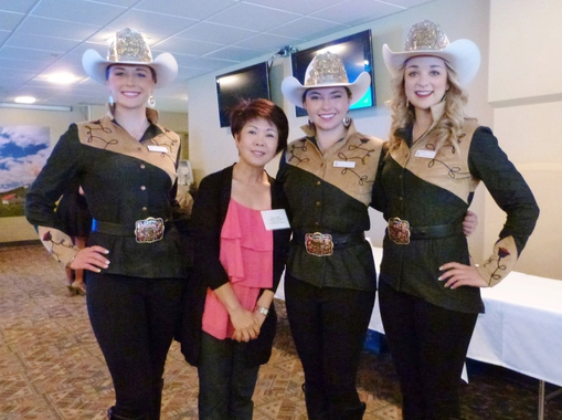 家燕非常榮幸能與Stampede Queen/Princess合照 (左起 Queen Mick Plemel, Princess Hayely Peckham and Princess Kimberley Stewart. )