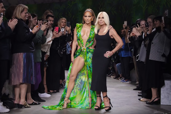 Versace 2020 春夏秀場:美國歌手 Jennifer Lopez 和綠色叢林印花連身裙的設計師 Donatella Versace。(Photo from YouTube)
